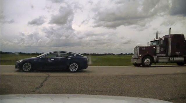 pengemudi-tesla-ketiduran-saat-mobilnya-melaju-150-km/jam-di-mode-autopilot