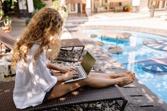 'workation'-alias-kerja-sambil-liburan-makin-populer,-seperti-ini-penampakannya