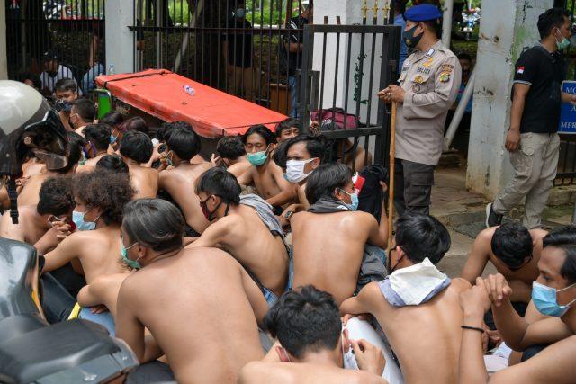 polisi-berbagai-daerah-halangi-bantuan-hukum-buat-demonstran-omnibus-law-yang-ditahan