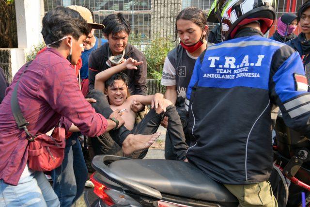 kiprah-para-relawan-yang-membantu-korban-represi-aparat-saat-demo-uu-cipta-kerja