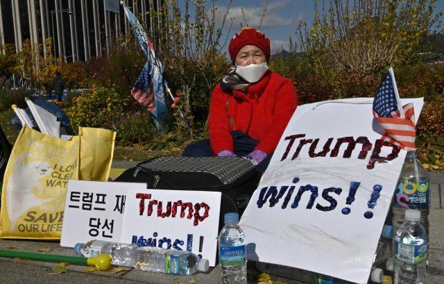 rangkuman-foto-ini-gambarkan-penduduk-asia-harap-harap-cemas-menanti-hasil-pemilu-as