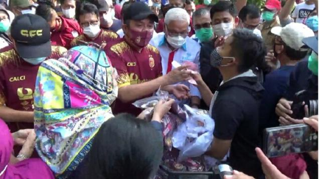 gubernur-sumatra-selatan-jadi-'sales',-jersey-sriwijaya-fc-laku-keras