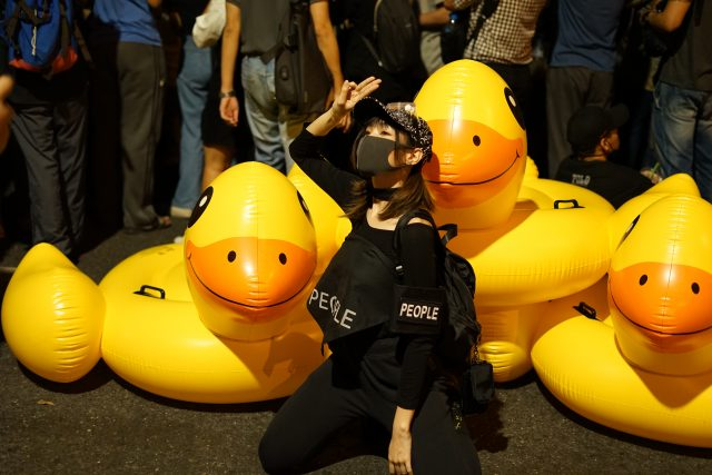 bebek-kuning-menjadi-maskot-baru-demonstran-pro-demokrasi-thailand