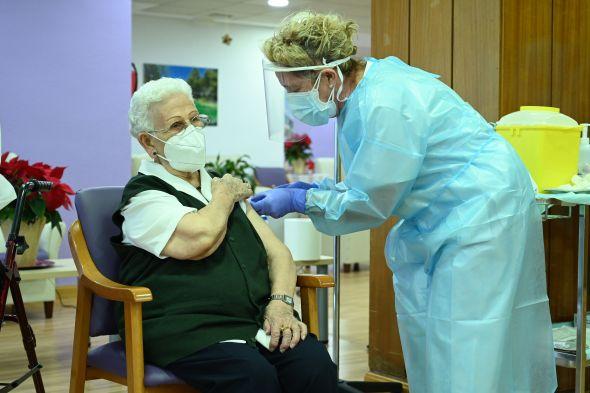 wanita-96-tahun-orang-pertama-di-spanyol-peroleh-vaksin-covid-19