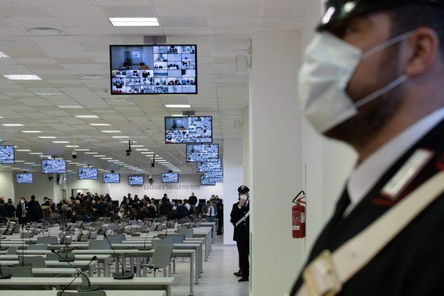 ratusan-anggota-mafia-disidang-dalam-pengadilan-bersejarah-di-italia