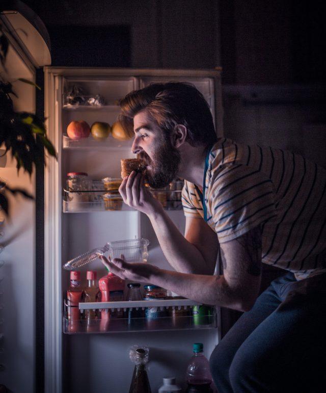 keseringan-makan-larut-malam-akibat-lapar-mendadak,-tanda-problem-kesehatan-serius