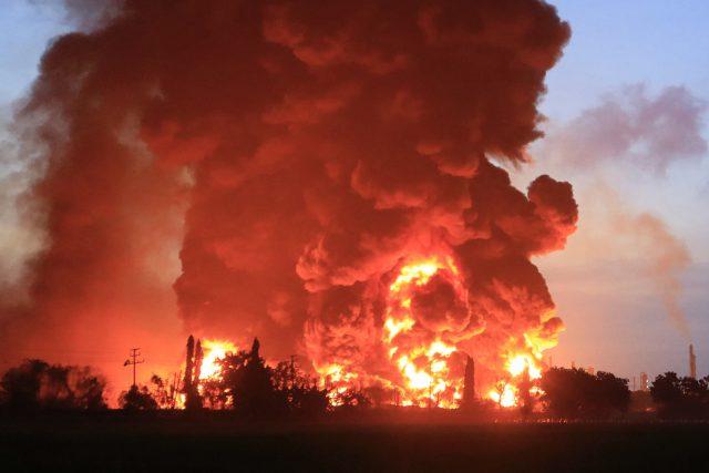 petir-diduga-pemicu-insiden-terbakarnya-kilang-pertamina-di-balongan