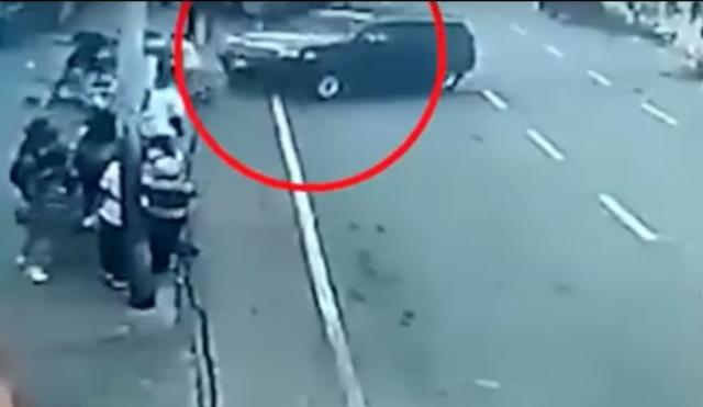 saksikan-rekaman-dramatis-mobil-mantan-polisi-di-venezuela-hajar-halte-bus-yang-ramai