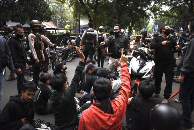 aksi-protes-ppkm-bermunculan,-sementara-politikus-tanpa-malu-memasang-baliho