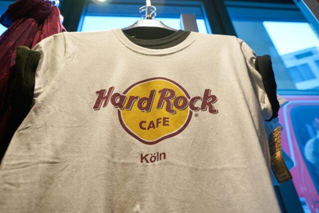 asal-usul-desain-kaus-ikonik-hard-rock-cafe-yang-rupanya-tak-disengaja-dibuat