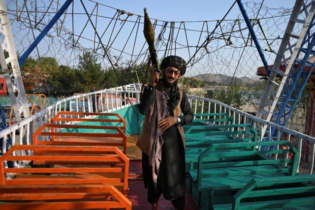 foto-foto-ini-merekam-kegembiraan-prajurit-taliban-piknik-di-taman-bermain